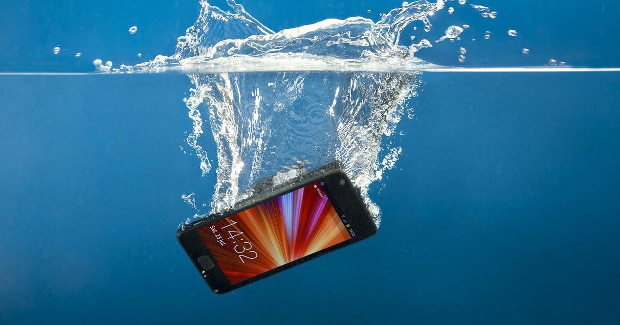 teléfono móvil dañado sumergido agua