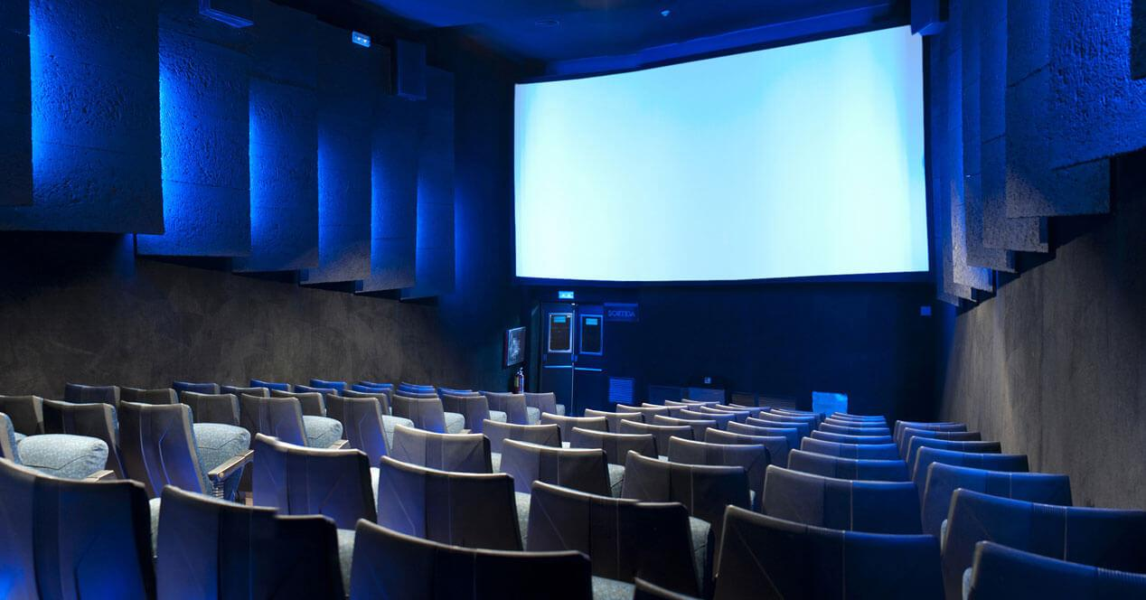 sala de cine vacía pantalla