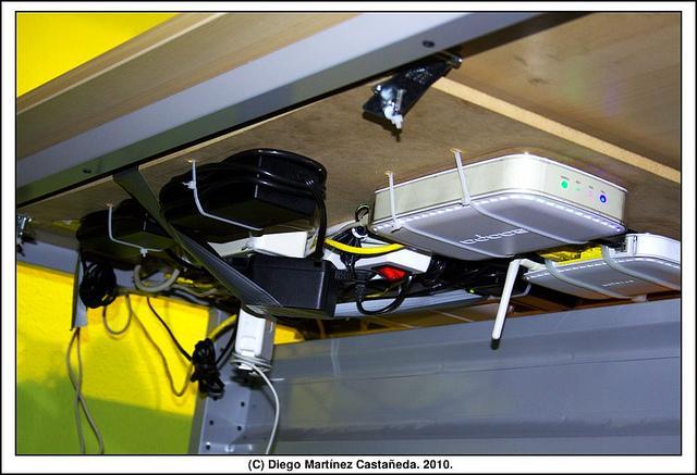 router bajo mesa
