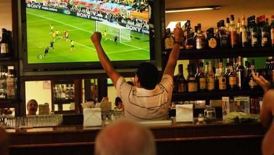 Pagar 300 euros por el fútbol no le sale a cuenta a más de 50.000 bares en España