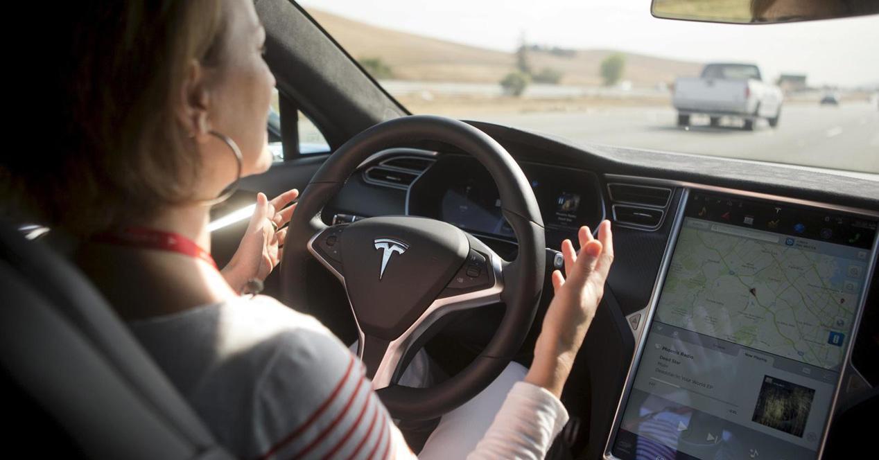 Conducir Tesla sin manos