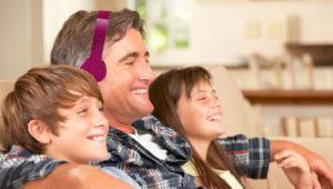 Cómo escuchar la televisión y los auriculares a la vez