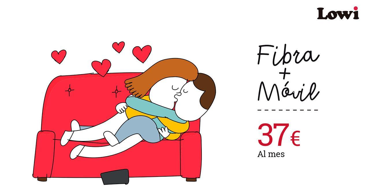 pareja en sofa con anuncio lowi