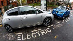 Reino Unido prohibirá la venta de coches de gasolina e híbridos en 2040