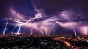 ¿Hay que desenchufar el PC, la TV o el router cuando hay tormenta?