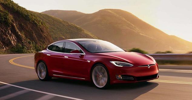 Ver noticia 'Tesla dio más autonomía a sus coches (de forma remota) para huir del Huracán Irma'