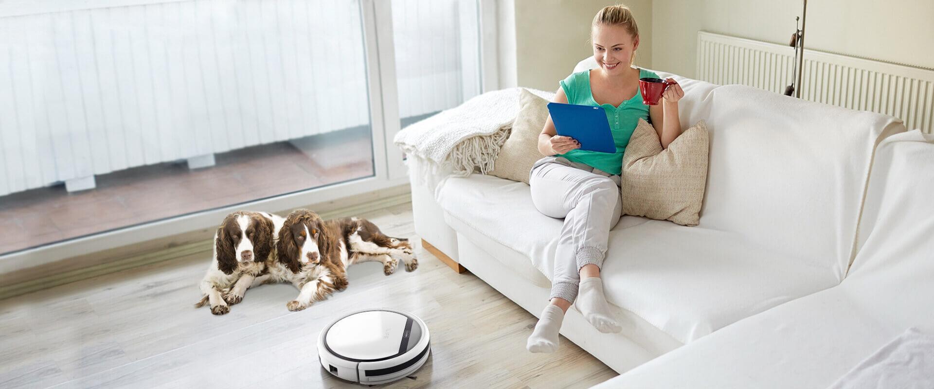ilife robot aspirador mujer en sofa con mascotas