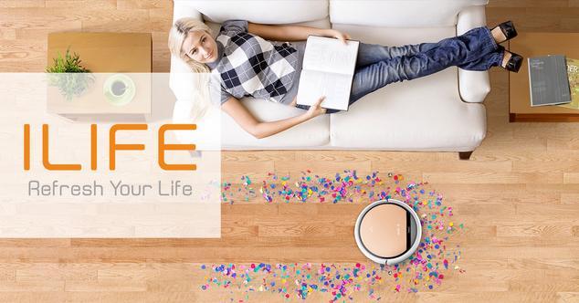 mujer en sofá con robot aspirador ilife