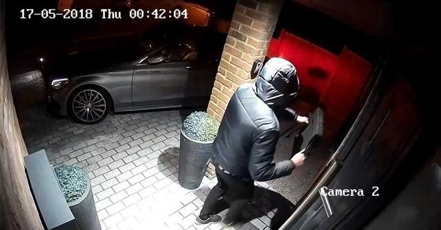 Ver noticia 'Cuidado con poner las llaves de tu coche cerca de la puerta de casa: así pueden abrírtelo'