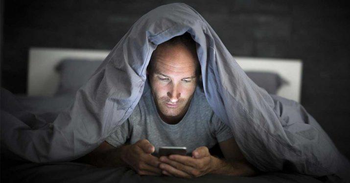 usar movil cama sueño internet