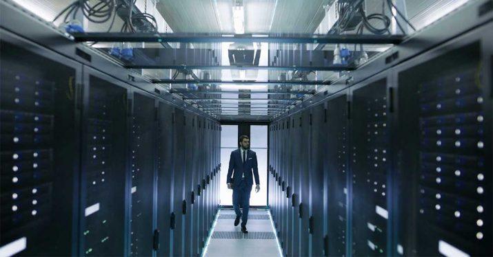ingeniero caminando entre servidores