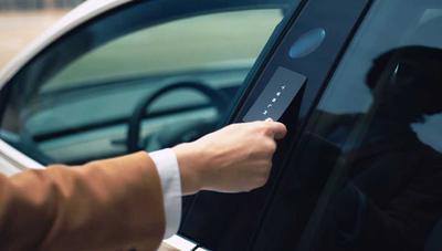 Cómo es la llave/tarjeta de un Tesla por dentro