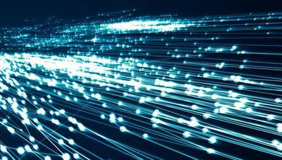 La fibra óptica sigue marcando récords: 74,38 Tbps en un cable submarino y 600 Gbps en una operadora europea