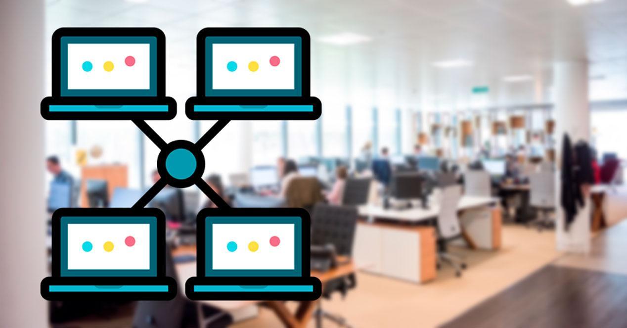 Oficina con ordenadores conectados en red