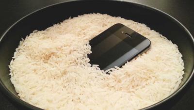 No, meter el móvil el arroz no sirve de nada si se moja
