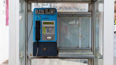 Telefónica, obligada a mantener de nuevo las cabinas con vida para 2020