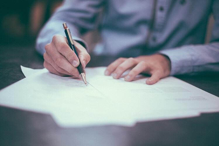 firmando contrato