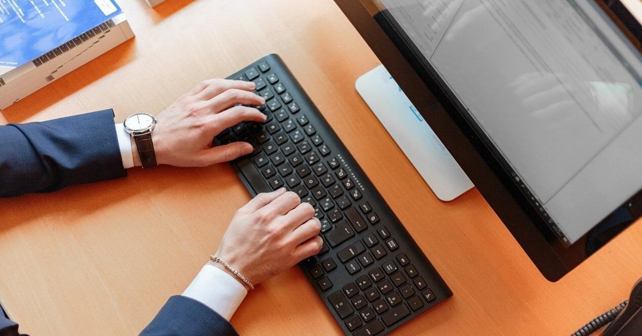manos tecleando en un teclado