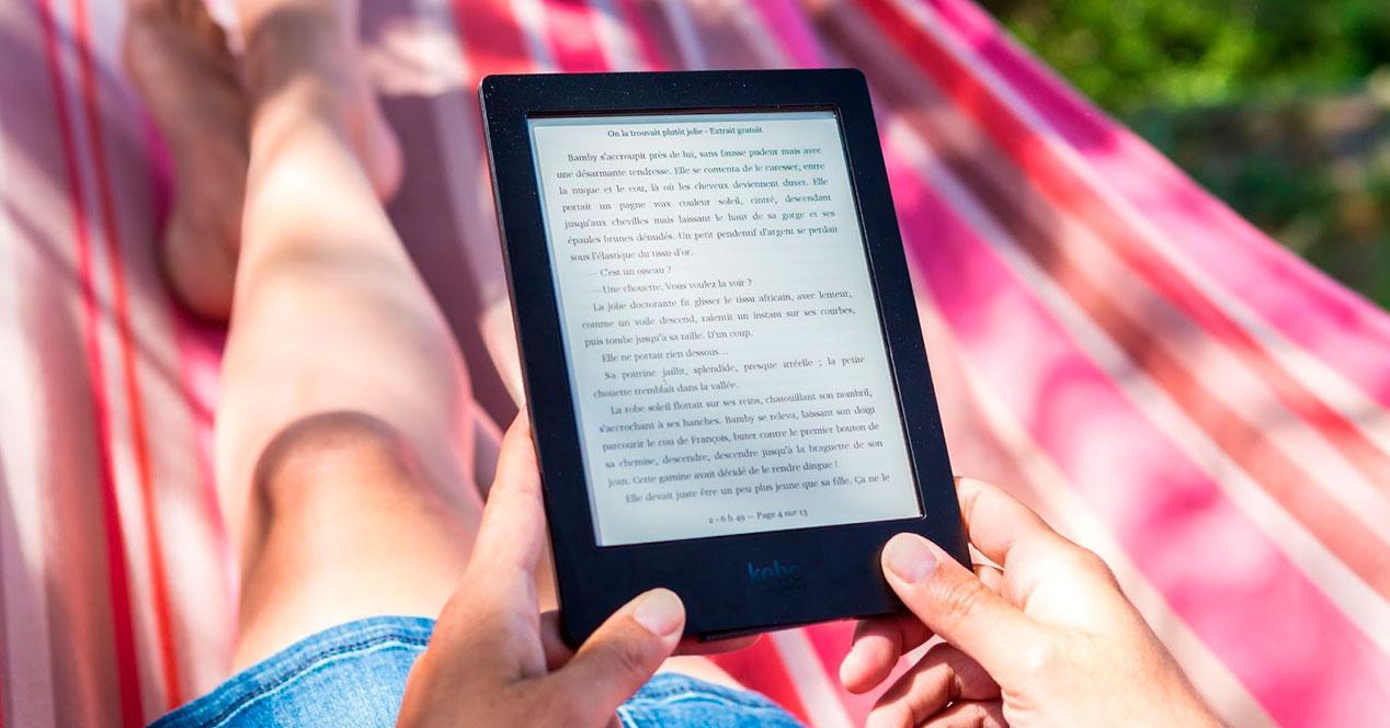 Un hombre sujeta uno de los eBook con mayor pantalla