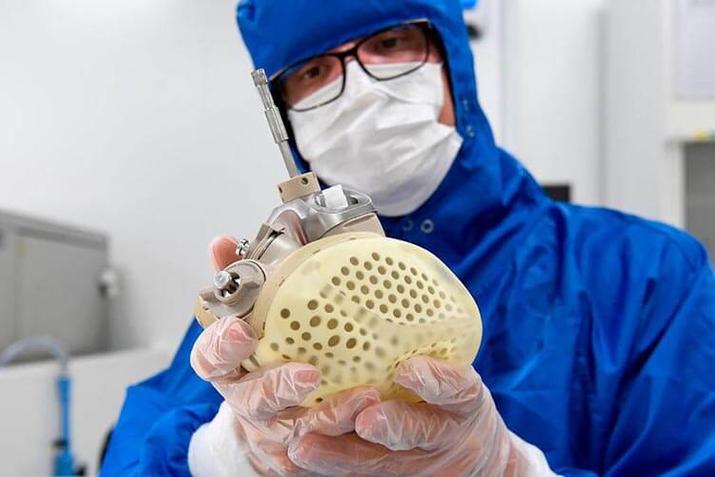 El primer trasplante de un corazón artificial de nueva generación es un éxito