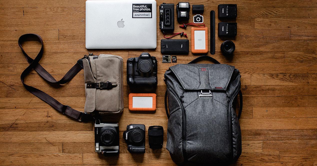 Una imagen de un portátil junto con una mochila para guardarlo