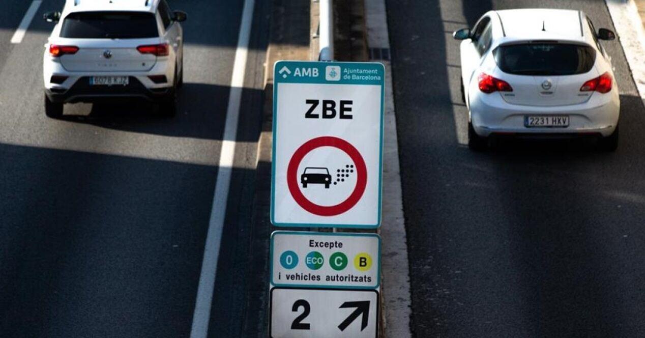 Circular coche eléctrico en ciudad