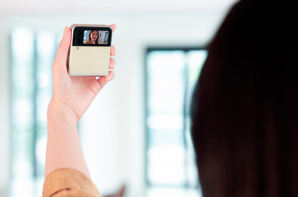 Chica tomándose un selfie con el Z Flip3