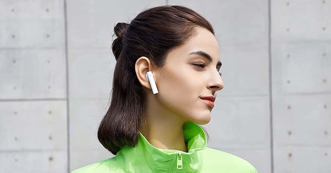 Chica con auriculares de Xiaomi