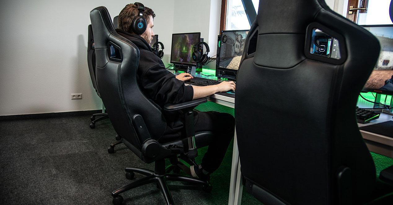 Un usuario sentado en una silla gaming para PC