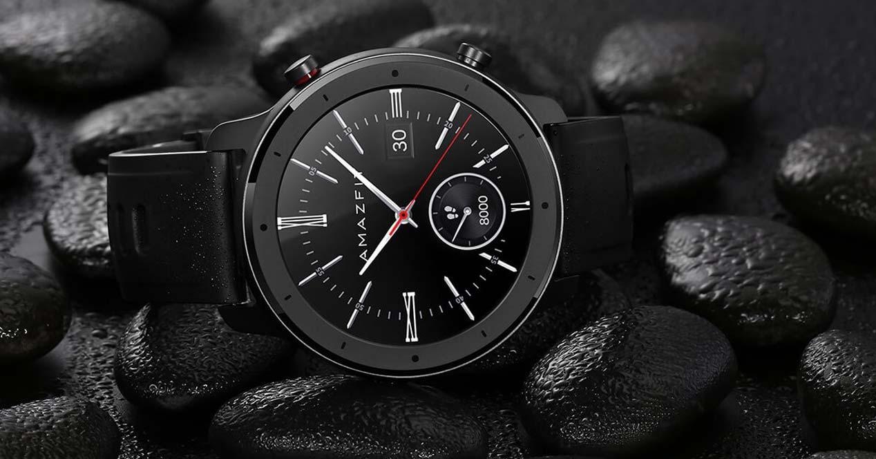 Smartwatch con fondo negro